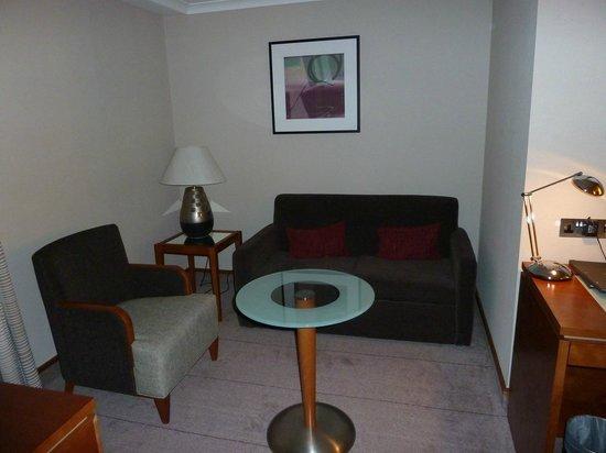 Hilton London Kensington: Junior suite sitting room