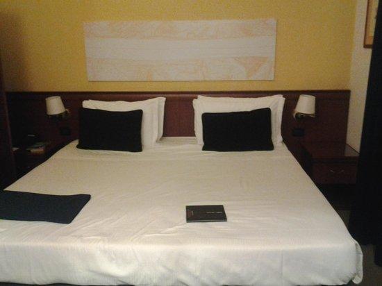 โรงแรมแกรนด์ทิเบริโอ: large, comfy bed