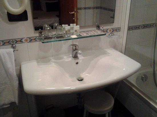 Grand Hotel Tiberio: very nice bathroom!