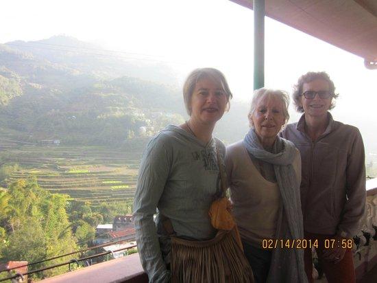Banaue Homestay: guests at the balcony photo shooting
