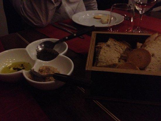 Vinho em Qualquer Circunstancia: Entradas: azeite com vinagre balsâmico e pastas de atum e azeitonas com frutos secos