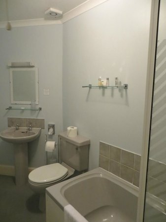 The Belmont Hotel & Restaurant: The bathroom in room 6