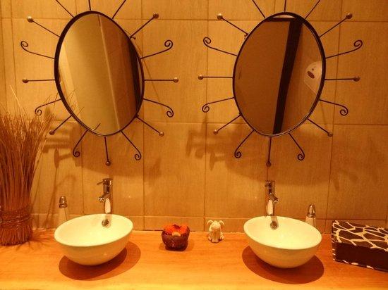 Afrigonia: Banheiro feminino.