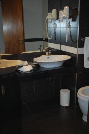 Hotel Baia : comodo baño