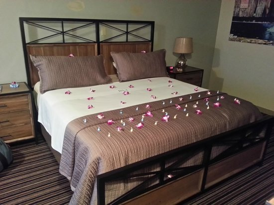 Blue Lakes Inn : Our room setup for Post-Valentines Day!
