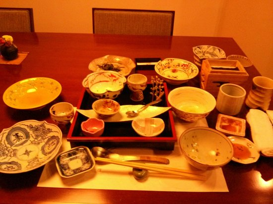 Gora Tensui : Emptied breakfast bowls for one person, I swear!