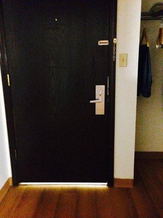 Motel 6 Pratt: can see light around door
