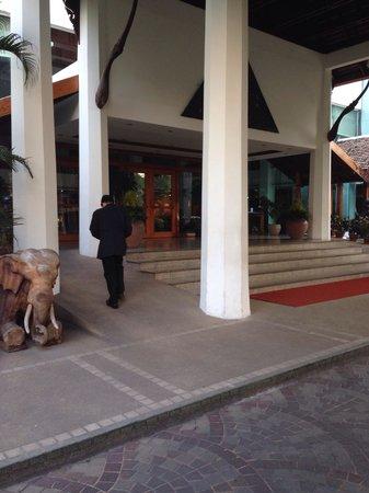 Empress Hotel: Entrance