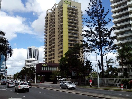 Vibe Hotel Gold Coast: Hotel from the street side