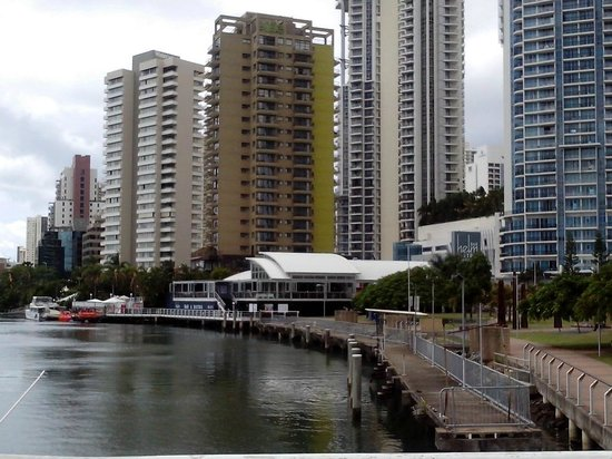 Vibe Hotel Gold Coast: Hotel from the river side