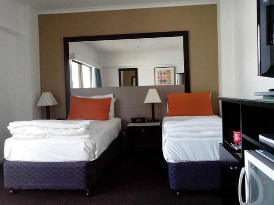 Vibe Hotel Gold Coast: Standard room with two single beds