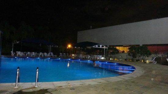 Viale Cataratas Hotel: Piscina iluminada a noite