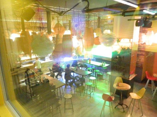 Generator Hostel Barcelona: Vista do bar do andar 1/2