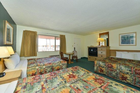 Americas Best Value Inn - Red Bluff: One King Two Double Family Suite