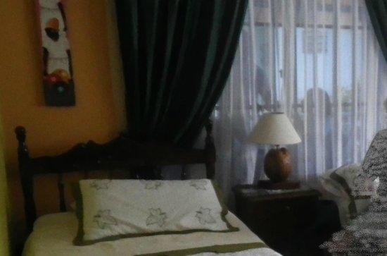 Cli ' s Place : Quarto da frente no segundo andar com janela para varanda pública