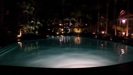 Humphreys Half Moon Inn: Beautiful pool lit up at night