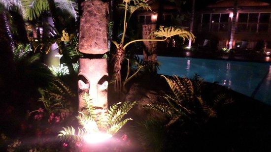 Humphreys Half Moon Inn & Suites: Tiki gardens by the pool