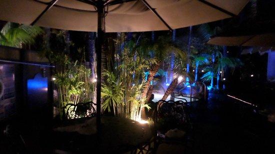 Humphreys Half Moon Inn & Suites: The spa tub area