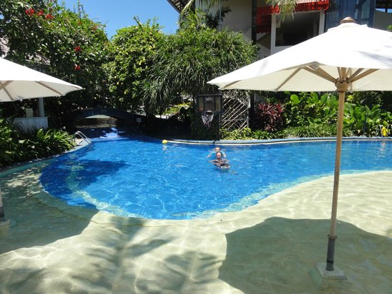 The Breezes Bali Resort & Spa : Family pool around the corner away from the pool bar