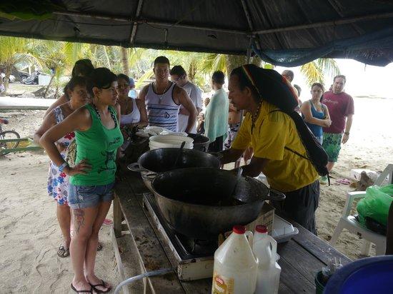 """Puerto Viejo Beach: Sonntägliche """"Suppenküche"""" am Puerto Viejo - langes Anstehen lohnt sich"""