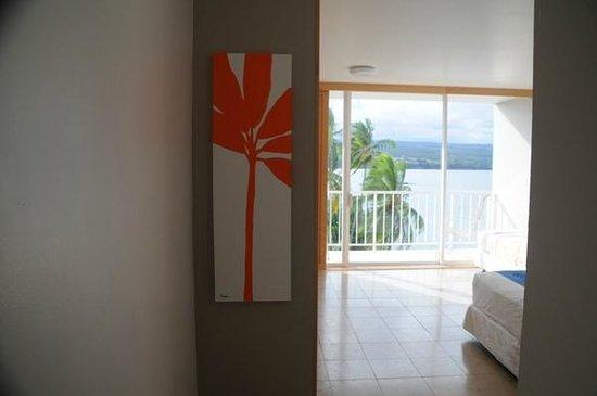 Hilo Naniloa Hotel: 入り口から眺めた部屋