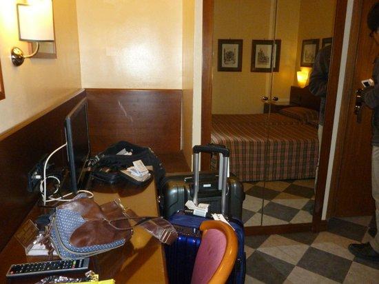 Milani Hotel : 部屋の様子。僕たちの荷物がちょっと散らかってます。w