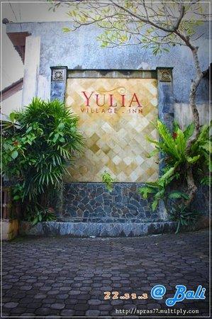 Yulia Village Inn: ป้ายหน้า รร.