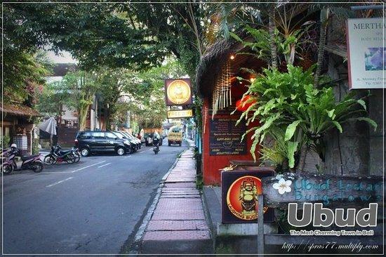 Yulia Village Inn: ร้านค้า ร้านอาหารกึ่งผับ น่านั่งรอบๆโรงแรมริม ถ.มังกี้ฟอร์เรส