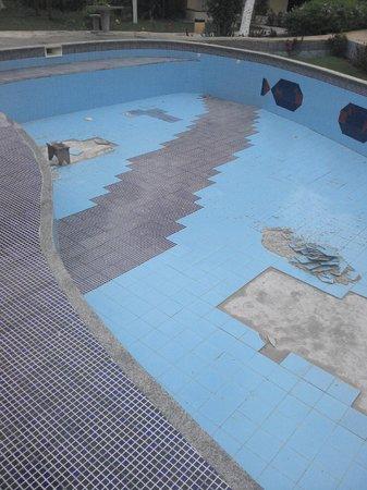 Pau Brasil Praia Hotel : obras enquanto o hospede paga a diária sem poder usar