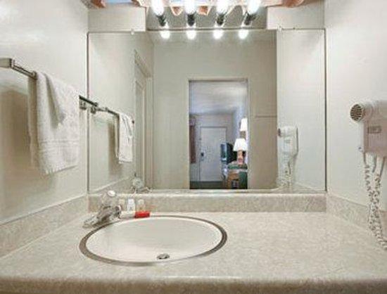Ramada San Luis Obispo: Bathroom
