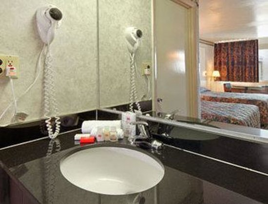 Ramada Limited Cockeysville: Bathroom