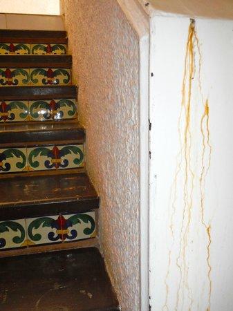 Solymar Cancun Beach Resort : Escaliers pour aller à notre chambre et coulisses de rouille à droite!
