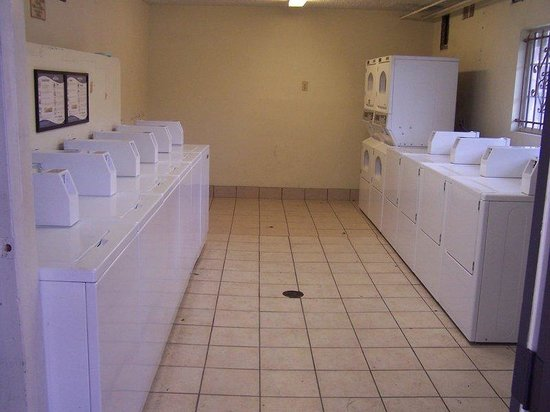American Inn & Suites: COIN LAUNDRY