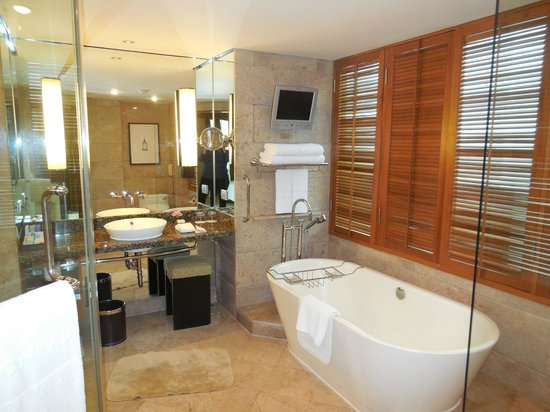 Conrad Bangkok Hotel : Excellent Bathroom with Tub