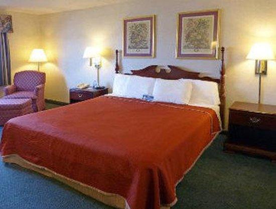 Super 8 Frederick : Standard King Bed Room