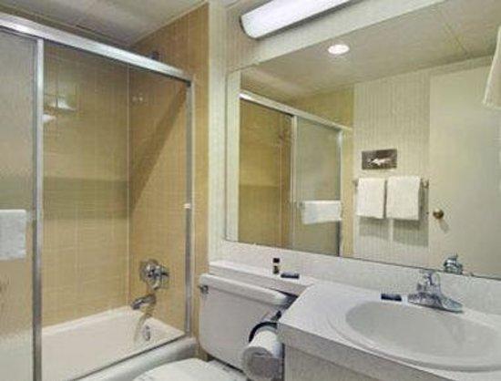 Super 8 Frederick : Bathroom