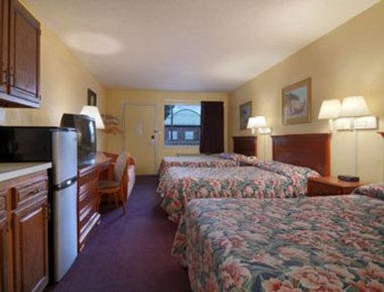 Red Carpet Inn: Standard Three Double Bed Room