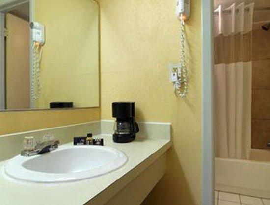 Travelodge Wilmington: Bathroom