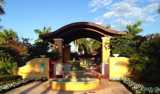 Mizner Place at Weston Town Center: Nice entry to market