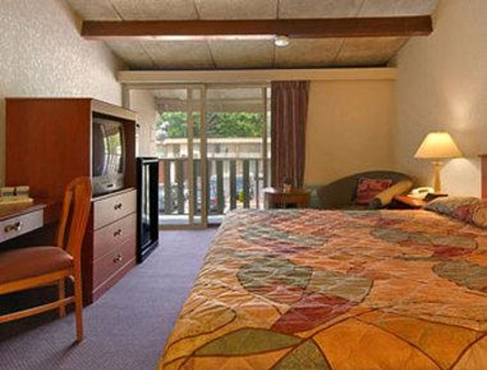 Clinton Manor Hotel Union: Standard King Bed Room with MicroFridge