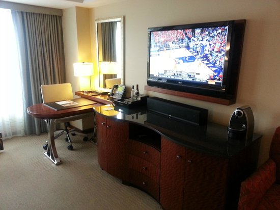 Battery Wharf Hotel, Boston Waterfront: Great TV/Workspace
