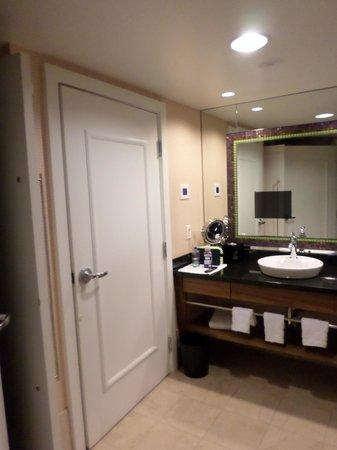Caesars Palace: Bathroom - Mirror TV