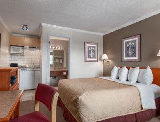 Ramada Limited Grand Forks: One Queen Bedroom Suite