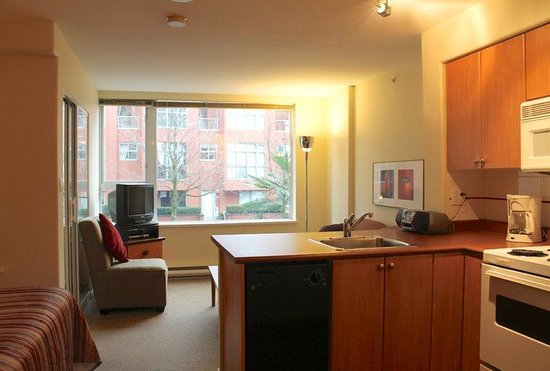 910 Beach Avenue Apartment Hotel: Junior Suite