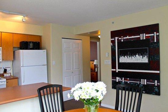 910 Beach Avenue Apartment Hotel: En Suite