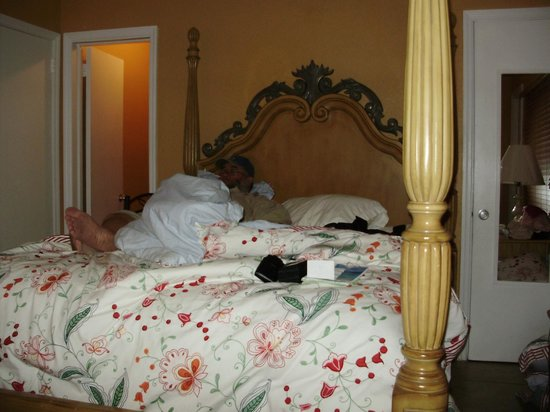 Ebb Tide Oceanfront Resort : Our bed in our room...loved it!