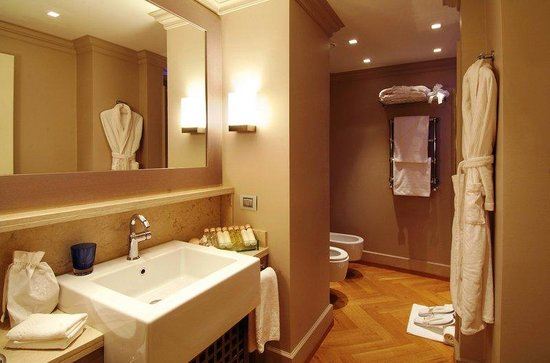 TownHouse Galleria: Deluxe room Galleria View Bathroom