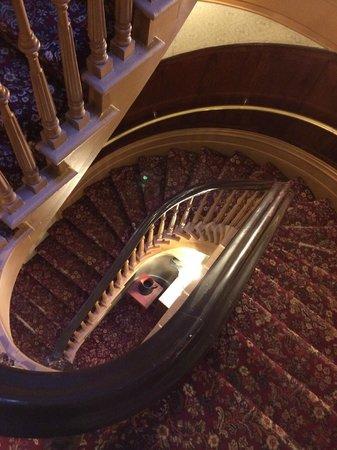 Chateau Fleur de Lys - L'HOTEL: l'escalier d'époque