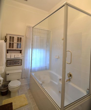 Inn St Helena: Jacuzzi Tub in Suite Room