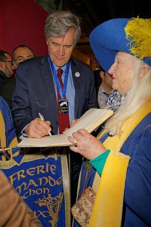 Ibis Paris Brancion Expo 15eme: intronisation et signature du livre d'Or par Stéphane Le Foll Minsistre de l'Agriculture salon P